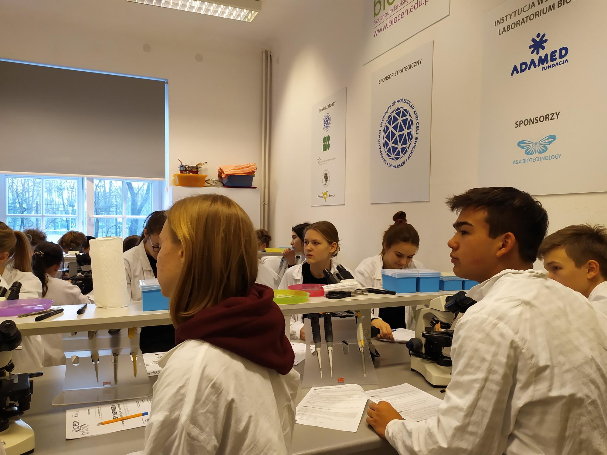 Uczniowie uczestniczą w warsztatach w Biocentrum Edukacji Naukowej
