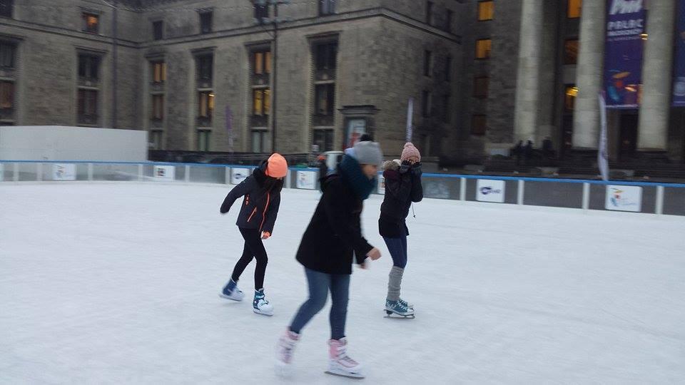 Młodzież na lodowisku pod Pałacem Kultury w ramach zajęć wychowania fizycznego