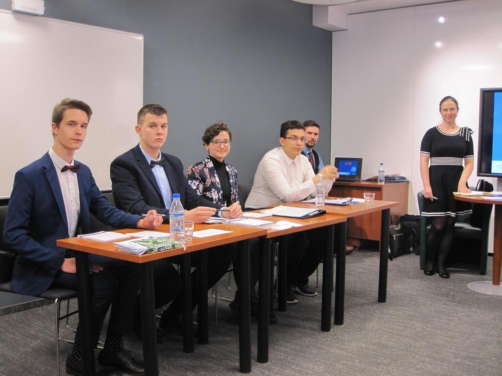 Uczniowie uczestniczący w debacie oksfordzkiej