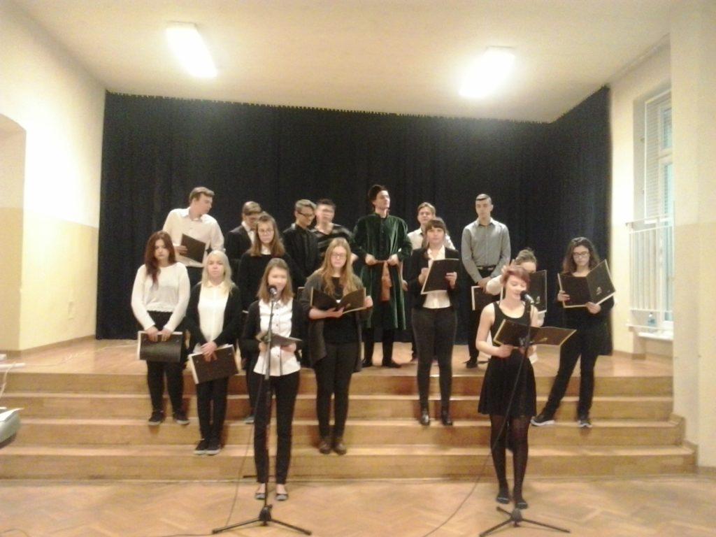 Chór szkolny podczas występu w auli